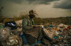 Kenya'nın başkenti Nairobi'de çöp toplayan bir kadın, bulduğu kitabı okumaya dalmış. Micah Albert