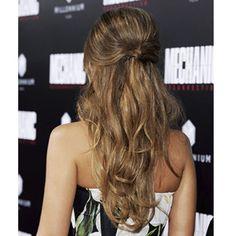 大人ガーリーなゆるウェーブゆるくカールさせたブラウンヘアをミドルパートでまとめた、ジェシカ・アルバの令嬢風ヘア。サイドに残したヘアと、逆毛を立ててボリュームを出したトップは、フェイスラインをシャー...
