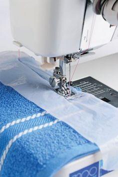 Те ткани, которые трудно шить и толстые швы гораздо легче прошить через кусок пакета, иголка скользит лучше, чем по кальке. Только пакет нужен прозрачный.