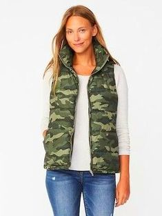 Old navy camo vest Puffy Vest Outfit, Vest Outfits, Fall Outfits, Western Outfits, Camo Vest, Cochella Outfits, Warm Dresses, Flowy Dresses, Fashion For Women Over 40
