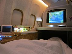 """""""Emirates Airlines, First-Class-Suite"""" Bild Flughafen Dubai (DXB) in Dubai First Class Plane, First Class Airline, Emirates First Class, First Class Flights, Sunshine Village, Flight Outfit, Emirates Airline, Travel Outfit Summer, Singapore Travel"""