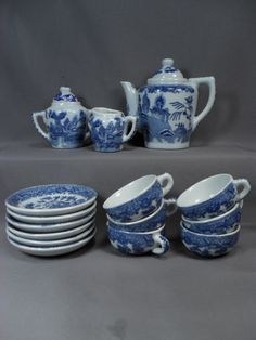 Child's Tea Set - Early Blue Willow Pattern - Complete Set of 17 Pieces Blue Dishes, White Dishes, Blue Dinning Room, Blue And White Dinnerware, Aloe Vera, Childrens Tea Sets, Blue Willow China, Willow Pattern, Blue Plates