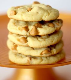 Warning: these cookies are addictive! If you're a fan of Butterscotch, you're going to love these delicious Butterscotch Cake Mix Cookie Recipe! Butterscotch Cookies Recipes, Butterscotch Cake, Cake Mix Cookie Recipes, Cake Mix Cookies, Butter Recipe, Recipe 4, My Dessert, Easy Desserts, Toll House
