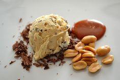 Karamell-Nougat Eis mit Erdnüssen