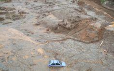 Bombeiros fazem buscas pelos desaparecidos em meio a lama e sujeira