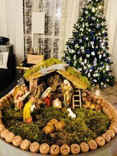Christmas Crib Ideas, Church Christmas Decorations, Christmas Nativity Set, Christmas Village Display, Christmas Villages, Christmas Projects, Christmas Home, Christmas Holidays, Christmas Wreaths