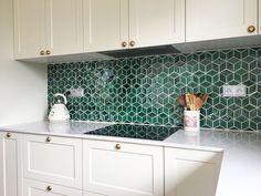 Ručne robené smaragdovo zelené obkladačky ako zástena v kuchyni Splashback, Kitchen Cabinets, Home Decor, Decoration Home, Room Decor, Cabinets, Home Interior Design, Dressers, Home Decoration
