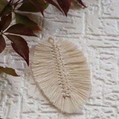 Mój kolejny makramowy liść. Tym razem w jesiennym wydaniu:)    #makrama #diy #handmade #macrame #boho #macramedecor #makramowyliść #macramefeathers #makramapolska #rekodzielo #bohostyle #sznurekbawełniany #macramemakers #bohochic #zesznurka Boho Chic, Insects, Feather, Diy, Living Room, Quill, Bricolage, Do It Yourself, Feathers