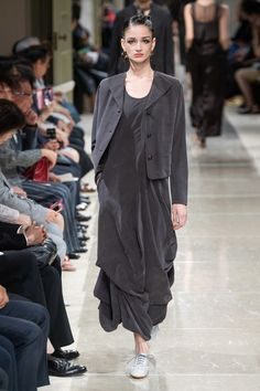 Giorgio Armani Resort 2020 Fashion Show - Vogue Trend Fashion, 2020 Fashion Trends, Fashion 2020, Fashion Week, Love Fashion, Fashion Brands, Womens Fashion, Fashion Design, Vogue Paris
