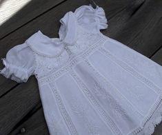 Vestido para bebê tamanho 3 a 6 meses em renascença branco, com detalhes em cambraia na cor branca e bordados à mão.  Medida do vestido:   Largura da frente, na altura do busto: 26 cm Largura da frente, na barra da saia: 40 cm Altura total, a partir do ombro: 40 cm Altura do decote:7 cm Distância de um ombro ao outro: 18 cm  Tamanho: 3 a 6 meses R$ 315,00