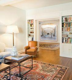 Orientteppich orange Nuancen Ledersessel interessanter Couchtisch herrliches Bild Wohnzimmer