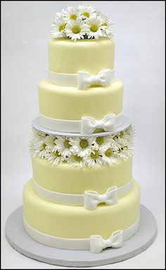 daisies wedding cake - Check out navarragardens.com for info on a beautiful Oregon wedding destination!