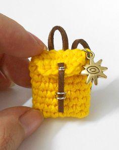 Dieses Angebot umfasst einen Mini Rucksack-Schlüsselbund die bereit-zu-Schiff ist.    Maße: 3cm hoch x 3,5 cm breit    Das Produkt ist von der 100 % Baumwollgarn, Anfügen Lederriemen gehäkelt.    Farbe: Gelb, mit einer Sonne-Charme befestigt und ein Schlüsselring.    Ich akzeptiere Großbestellungen, please Convo für Großhandelspreise    (っ◕‿◕) っ♥    Die Farbe auf den Bildern gesehen variieren ein wenig, je nach Farbeinstellungen des Monitors. Ich versuche mein Bestes, true-Color-Fotografien…