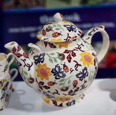 Kate Middleton, Duchess of Cambridge, visits Norfolk. Pottery Cafe, Tracy Ann, Emma Bridgewater Pottery, Kate Middleton Photos, Stoke On Trent, Room Wallpaper, Porcelain Ceramics, Tea Set, Tea Party
