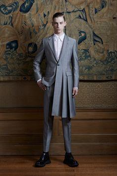 The complete Alexander McQueen Spring 2020 Menswear fashion show now on Vogue Runway. Alexander Mcqueen, Vogue, Live Fashion, Mens Fashion, Fashion Menswear, Fashion Black, Mode Alternative, La Mode Masculine, Inspiration Mode