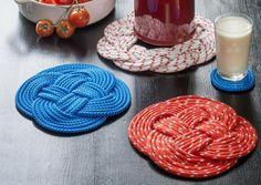 Puno värikkäästä köydestä perinteisiä pannunalusia. Kun olet oppinut tekniikan, et malta lopettaa. Katso Avotakan ohjeet ja tee upeita pannunalusia itselle tai lahjaksi! Craft Projects, Projects To Try, Project Ideas, Christmas Makes, Christmas Ideas, Ribbon Work, Some Ideas, Crochet Stitches, No Time For Me