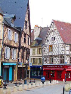 Bourges, France Là où j'ai passé bons nombres de soirées, à y manger des tripes ou des œufs au plat. Bernard en était le patron, que de souvenirs ! Tudor, Bourges, Beaux Villages, Travel Bugs, Summer 2014, Old Town, Facade, Beautiful Places, Mansions