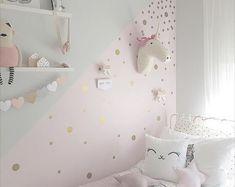 Eine große Bereicherung für jedes Kind Schlafzimmer, Spielzimmer oder Kinderzimmer.  -Einfach schälen und stick - kein pingeliger Anwendung -Komplett abnehmbar Wandtattoo -Hinterlässt keine Rückstände   Konfetti-Wand-Punkte sind eine einfache Möglichkeit ein Kinderzimmer Wand oder Kinder ein Pop Pastell Spaß hinzu.   Größe: 2 Zoll im Durchmesser   Was ist inbegriffen: 45-Konfetti-Wand-Dots Anwendungshinweise  Farben: Weiß, Flieder, Mint, Baby-Blau, rosa  10 % Rabatt: FOLGEN SIE UNS AUF…