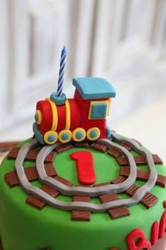 Vela en fondant en forma de tren primer aniversario