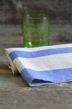 Im Mühlviertel produziert die Weberei Vieböck dieses saugstarke Tuch aus naturfarbenem, blauem Reinleinen. Es hinterlässt beim Abtrocknen keine lästigen Fusseln oder Schlieren auf den Gläsern. Napkins, Natural Colors, Shopping, Corning Glass, Dinner Napkins