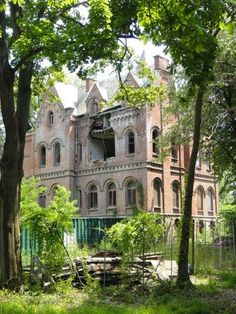 Imagine this one .Wyndcliffe is an abandoned mansion in the town of Rhinebeck, New York. The scale of this place is absolutely enormous, and its style seems different from any of the other Hudson River estates. Old Abandoned Houses, Abandoned Castles, Abandoned Buildings, Abandoned Places, Old Houses, Haunted Houses, Creepy Houses, Beautiful Ruins, Beautiful Buildings