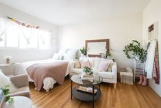 Proof Planning Pays Off: A Bright, Cozy Home in Just 300 Square Feet This studio by the beach is a bright, comfy home for Lauren…and has enough room (and seating) for Minimalist Studio Apartment, Cozy Studio Apartment, Tiny Studio Apartments, Small Apartment Living, Studio Apartment Decorating, Apartment Interior Design, Apartment Therapy, Modern Apartments, Bright Apartment