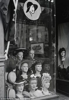 Todd Webb's 1946 photographs show New York City as it was. Hat store in Vintage Pictures, Old Pictures, Old Photos, Caroline Reboux, Vintage Mannequin, Mannequin Heads, Hat Stores, Retail Stores, Vintage New York