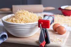 S pomocí mechanického mlýnku na vlasové nudle je můžete vyrábět jako na běžícím pásu. A polévku pozvednou domácí nudle zase o třídu výš. Na blogu najdete i s receptem na nudle.