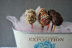 Per un buffet tra amici sono perfetti, per una festa di compleanno dei vostri bambini sono imbattibili, per un dolcetto dopo cena alternativo sono deliziosi: cake pops we want you!