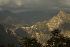 42. Amanecer en la ciudad perdida.    Quizás Hiram Bingham pudo tener esta visión de Machu Picchu, y sufrió esa falta de aire indescriptible al observar la grandiosidad de la ciudadela al amanecer, integrada en la propia naturaleza pero obra humana como demostración del poder del inca Pachacutec.  #FotoViajes
