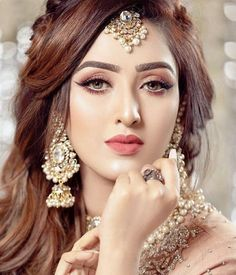 Indian Bridal Photo-Shoot Ideas and Images Pakistani Bridal Hairstyles, Bridal Hairstyle Indian Wedding, Pakistani Bridal Makeup, Indian Wedding Makeup, Indian Hairstyles, Indian Makeup, Hair Wedding, Arabic Makeup, Wedding Hijab