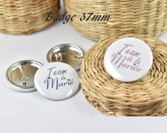 Badge rond team de la mariée : Pins, badges par miss-e-crea Pin Badges, Wicker, Creations, Place Card Holders, Handmade, Handmade Gifts, Unique Jewelry, Hands