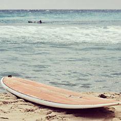 Non saranno le onde del pacifico ma anche in #Sardegna gli appassionati di #surf possono divertirsi parecchio. Alcuni dei migliori spot si trovano tra la costa sud e quella nord dell'Isola ma soprattutto lungo tutta la costa ovest, dove il mare aperto e i forti venti creano in alcuni casi onde impressionanti.   Risorsa Sardegna Promozione