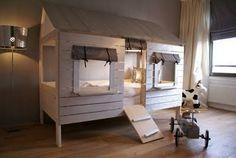 cama en forma de casa con tejado