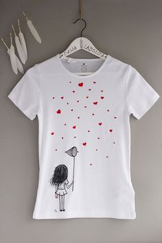 Hand painted Women T-shirt with a girl with scoop-net and hearts, gift for her, love t-shirt, black white t-shirt, red hearts: Catching love by SpringHoliday on Etsy – T-Shirts & Sweaters Cute Tshirts, Tee Shirts, T Shirt Rot, Paint Shirts, Fabric Paint Shirt, T Shirt Painting, Tshirt Painting Ideas, Painted Clothes, Fabric Painting On Clothes