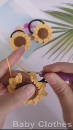 DIY: knitting Sunflower Diy Embroidery Stitches, Etsy Embroidery, Embroidery Flowers Pattern, Crochet Flower Patterns, Crochet Designs, Crochet Flowers, Crochet Hair Clips, Crochet Hair Accessories, Crochet Sunflower