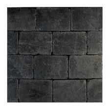 gardenlux pebblestone keynance - Voor achter in de tuin. Terras bestaat uit natuursteen van 60 bij 60. Tussen de vakken met beplanting natuursteen afgewerkt met trommelstenen in 10 bij 10 bij 6. Achterin de tuin deze in dezelfde kleursetting.