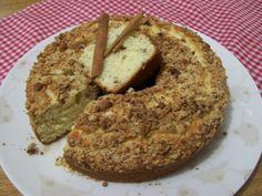 2 óvos (claras em neve)  - 1 xícara e meia de farinha de trigo peneirado  - 1 colher de sopa de margarina  - 1 xícara de açúcar peneirada  - 1/2 xícara de leite  - 1 colher de sopa de fermento em pó para bolo  - 1/4 de xícara de amendoim torrado, sem pele e triturado grosseiramente  - Farofa:  - 1 colher de sopa de margarina  - 3 colheres de sopa de açúcar  - 3 colheres de sopa de trigo  - 1/4 de xícara de amendoim torrado, sem pele e moído grosseiramente  - Uso xícara de 240 m...