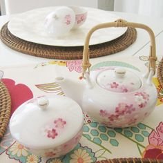 A gorgeous japanese inspired teapot and sugar bowl. Nice cherry blossom design and table cloth! Gona have a nice cup of tea now me thinks!