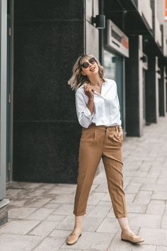 10 Simple Wardrobe Essentials For Women Minimal Classic Street Styles . 10 Simple Wardrobe Essentials For Women Minimal Classic Street Styles . Casual Street Style, Street Style Summer, Casual Chic Style, Summer Work Outfits, Casual Work Outfits, Style Désinvolte Chic, Mom Style, Neutral Outfit, Neutral Style
