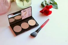 Little known fact Smashbox Step by Step Contour Kit is Kim Kardashian's contour kit of choice (powder at least), in fact she stated this. Highlighter Makeup, Contour Makeup, Contouring And Highlighting, Contouring Products, Diy Beauty, Beauty Hacks, Step By Step Contouring, Easy Makeup Tutorial, Contour Kit