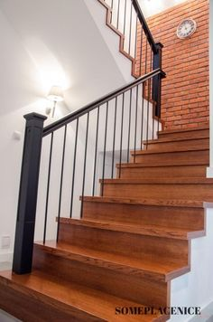 Podobny obraz House, Railing Design, Deco, Front Door, Home Decor, Stair Railing Makeover, Small House, Stairs, Doors