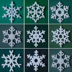 Sneeuwvlokken van strijkkralen - zie de Activitheek voor patronen. www.doenkids.nl