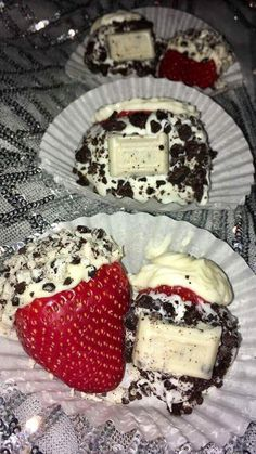 Cookies & Cream Cheesecake Stuffed Strawberries 🍓 heaven in a bite! 😍 By Imani's Sweet Desires Cookies And Cream Cheesecake, Keto Cheesecake, Sleepover Food, Delicious Desserts, Yummy Food, Snack Recipes, Dessert Recipes, Junk Food Snacks, Food Goals