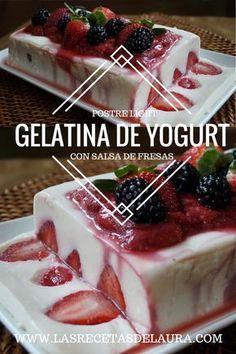 Gelatina de yogurt con salsa de fresas