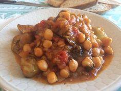 """Νόστιμη συνταγή """"Έλενα Κουράντη - ΟΙ ΧΡΥΣΟΧΕΡΕΣ / ΗΔΕΣ"""" Υλικά Ρεβίθια Μελιτζάνες 1ξερό κρεμμύδι Ελαιόλαδο 1 κ.σ. Πελτέ ντομάτας 1 κουτάκι ντοματάκια κονκασέ 3 σκελίδες σκόρδο ψιλοκομμένες Δυόσμο 1/2 κ.σ. Κύμινο, πάπρικα γλυκιά, πάπρικα καυτερή Αλάτι Πιπέρι Εκτέλεση Μουλιάζουμε τα ρεβίθια από το βράδυ και το πρωί να Black Eyed Peas, Chana Masala, Cooking, Ethnic Recipes, Food, Kitchen, Essen, Meals, Yemek"""