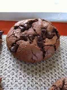 Hummm voici de très bon cookies très gourmands tout chocolat!! tendre à l interieur et croquant à l exterieur Place à la recette Ingrédients 200gr de chocolat noir 100gr de pépites de chocolat 2 œufs 150gr de sucre 50gr de beurre 100gr de farine ½ sachet...