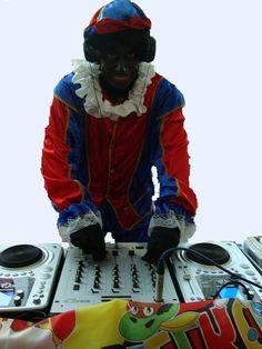 DJ Piet Dj Piet draait de leukste en swingenste Sinterklaas liedjes, natuurlijk aangevuld met muziek van K3, Chipz en bekend Kids Top 20 hits etc. Een swingende en gezellige, actieve piet die ook verzoekjes speelt. De Dj set is volledig aangekleed in Sinterklaas stijl en het wordt gegarandeerd een feest. 2 uur, zodat ook Sinterklaas met  microfoon en geluid van en met DJ Piet wordt versterkt. http://www.sintentertainment.nl/djpieten.html