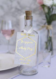 Złote zawieszki na alkohol na marmurowym tle. Wine, Drinks, Bottle, Wedding, Alcohol, Drinking, Valentines Day Weddings, Beverages, Flask