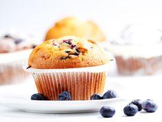 Muffins, we vinden ze heerlijk. Meestal kun je er beter niet te veel van eten, gezien de hoeveelheden suiker en verkeerde vetten die in normale recepten zitten. Gelukkig zijn er voldoende alternatieven beschikbaar om verantwoorde en zelfs gezonde muffins te maken.   Ingrediënten 125 gr (gras)boter of ghee en een beetje extra om in …